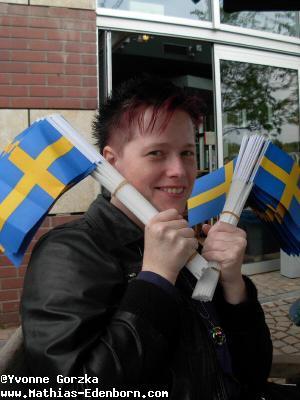 Yvonne mit den schwedischen Fähnchen