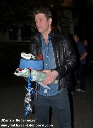 Mathias mit Geschenken