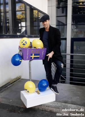 Mathias Edenborn mit seinen Geschenken