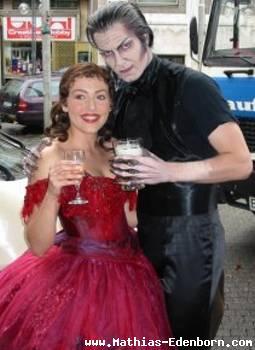 Mathias und Dominika mit Biergläsern