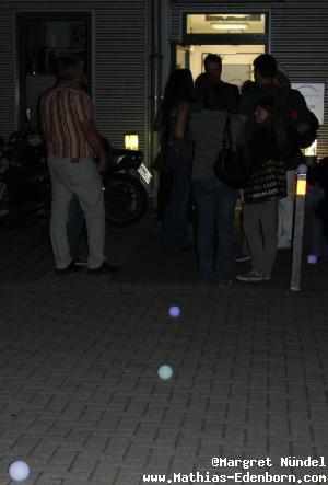 leuchtende Kugeln auf dem Boden