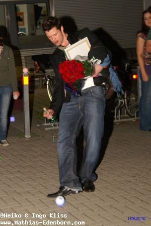 Mathias Edenborn kickt eine der Kugellampen