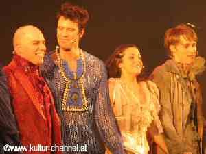 Schlussapplaus: Mathias Edenborn (Benvolio), Marjan Shaki (Julia) und Lukas Perman (Romeo)