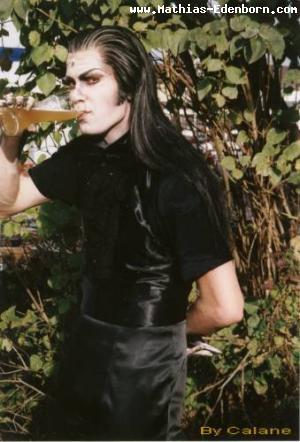 Mathias auf der Promo am CSD 2002 mit Bierglas in der Hand