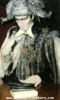 Vampir Mathias sehr konzentriert bei der Autogrammstunde