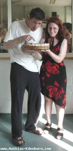 Mathias mit seinem Webmaster Yvonne und einer Torte