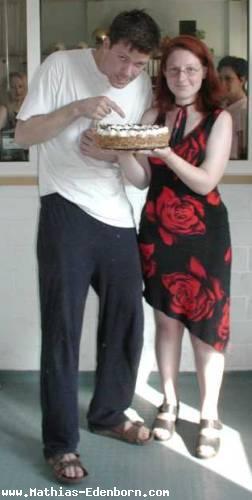 Mathias mit seinem Webmaster Yvonne mit eine Torte