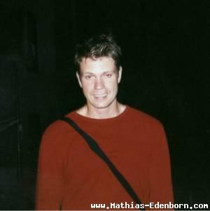 Mathias im Dunkeln an der Bühnentür