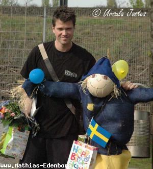 Mathias mit seinem Geschenken