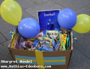 eine Kiste mit Tüten von Gummibären
