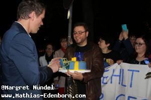Mathias Edenborn schneidet die Torte an