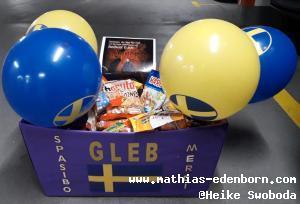 Kiste voller Gummitiere, dekoriert mit gelben und blauen Ballons
