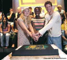 Maricel(Amneris), Florence Kasumba(Aida) und Mathias Edenborn(Radames) schneiden die Torte an